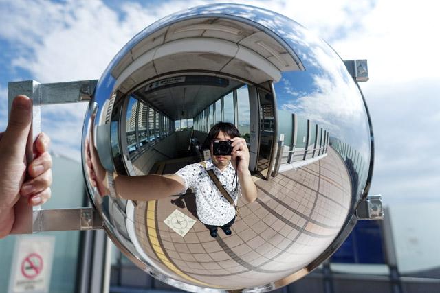 海に近い場所がいいだろうと、大阪南港のコスモスクエア駅に降り立った。駅を出た直後に撮った一枚、なんという空の青さ