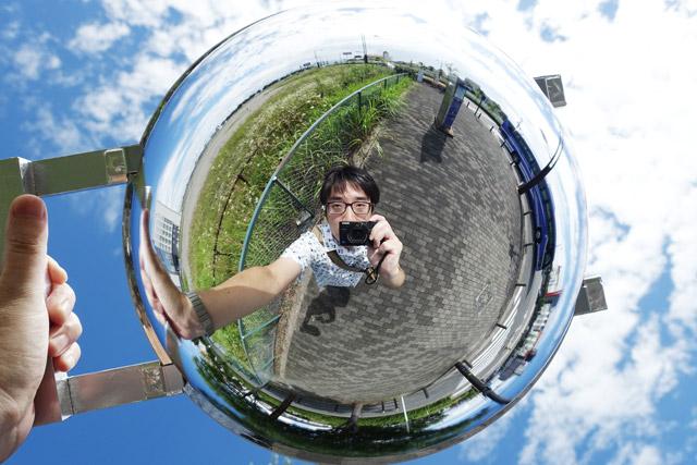で、やっぱり極めつけはこれだ。真上に掲げて撮影すると、いわゆるリトルプラネットと呼ばれる写真が撮れてしまう。もう少し手が長ければ、さらに地球が丸くなるだろう