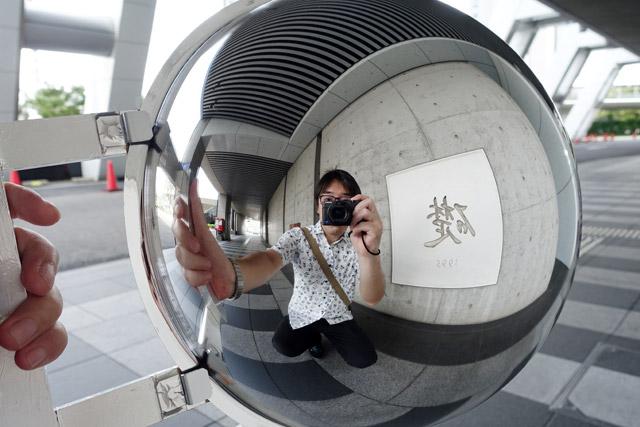 記念写真には向いている。咲洲庁舎の「礎」と一緒に撮った一枚。当たり前だが、ミラーなので左右が反転するという事実を見せつけられてハッとする