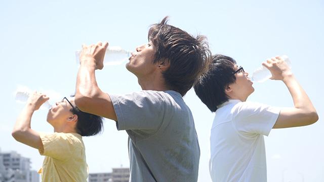 でかした! このでかした三人が飲んでいるものはちゃんとおいしそうだ。