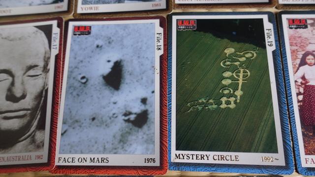 ちなみにレアカードもある。火星の人面岩とミステリーサークルがレアです。