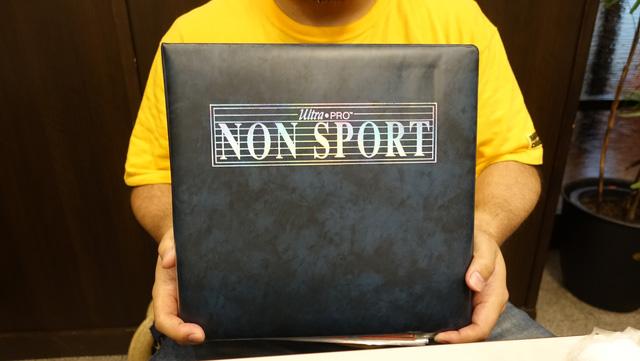 ノンスポーツのファイルには様々なカードが集められている。