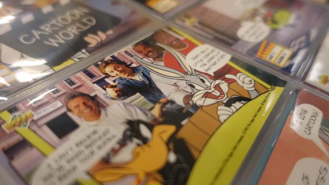 「ワーナーブラザーズのキャラクターと海外のアスリートが載っているカードです」