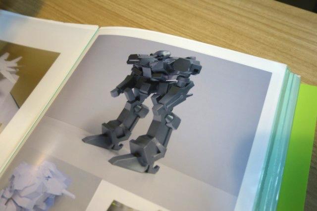 こんなロボットも。裏側がわからなかったりすると、おもちゃを取り寄せて作る。