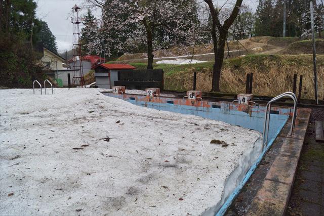 4月中旬でも雪がたんまり残る豪雪地域、プールがまるで雪の貯蔵庫のよう。