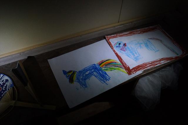 子どもの絵も暗闇で見るといちいち怖い。