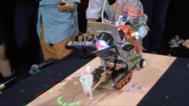 瞬発力で勝る透明ロボがまず突進、ロックフェスの前進を阻止