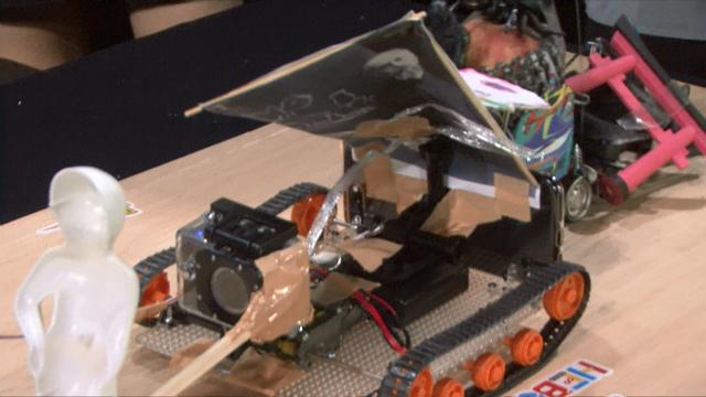ここで透明ロボが一気に突入、ゼロ距離まで接近することで、ヌンチャクの回転を封じた!