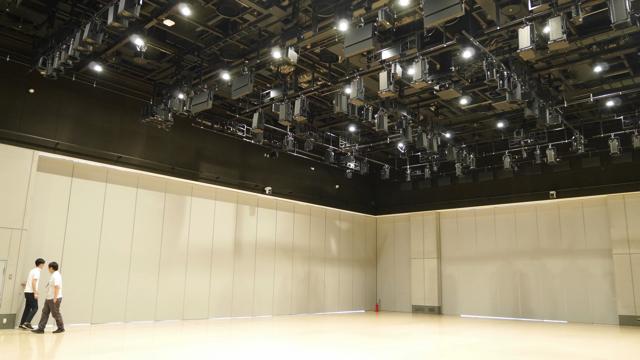 「小さい部屋でぶつけたらどうしよう」と不安に思っていたら広いホール(iTSCOM STUDIO & HALL)で撮影できることになりほっとした。ただ上の機械たちが少し怖い。