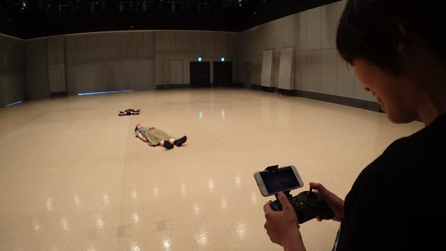 編集部の古賀さんに横になってもらいました。