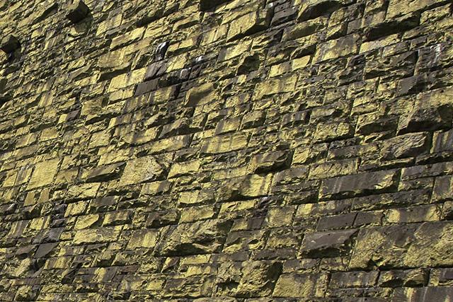 さまざまな大きさの石が積み上げられている