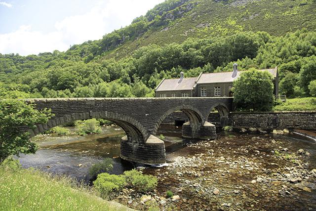 堤体のすぐ下にはこんな橋が架かっている