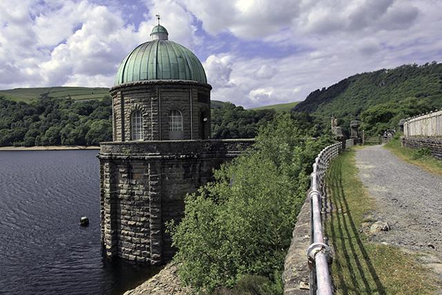 バーミンガムに水を送るための取水塔と、右の砂利道はこれらのダムを造ったときの線路跡