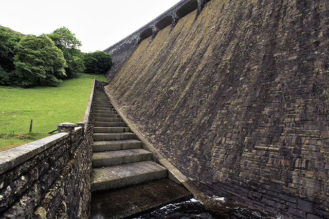 大きいけどデザインはエラン・バレーのダムそのもの