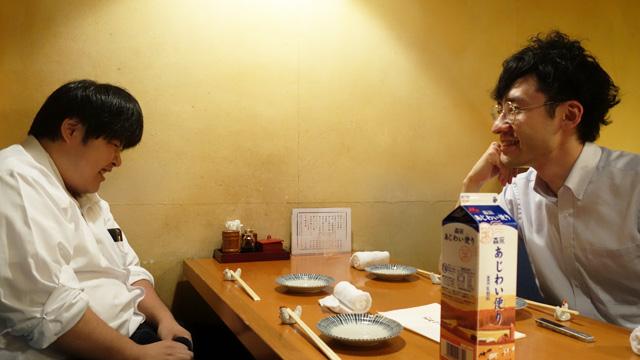 左がライター江ノ島さん、右が筆者。真ん中にあじわい便り
