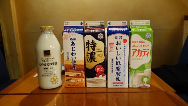 メンバーも揃ったところでどんどん牛乳を出していこう(ちなみにご好意で店舗の冷蔵庫までお借りし冷やしていただいた、ありがたすぎる)