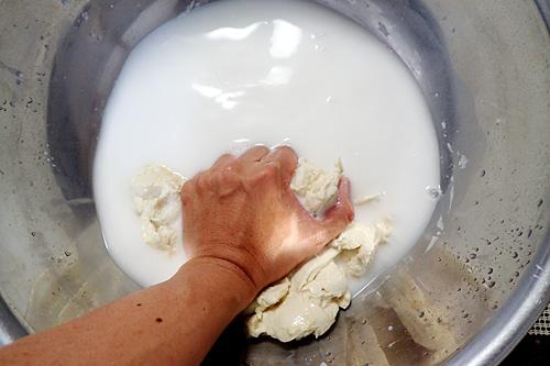 生地にはタンパク質=グルテンが残り、水には炭水化物=澱粉が溶けていく。