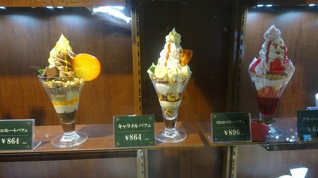 「白い恋人」の石屋製菓のカフェにもパフェが。ソフトクリーム中心だ
