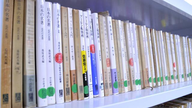 編集部には、いままで発売されたすべての新書が保管してある。