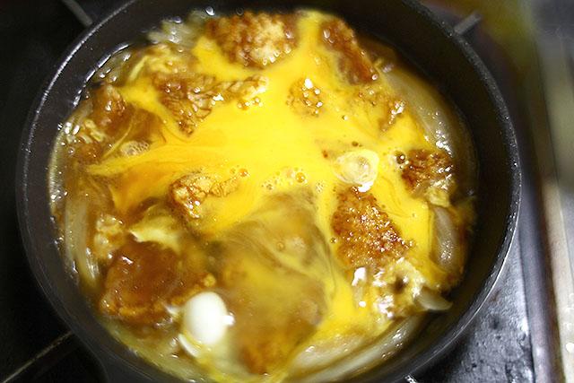 溶き卵を入れて蓋をし、しばし待つ。