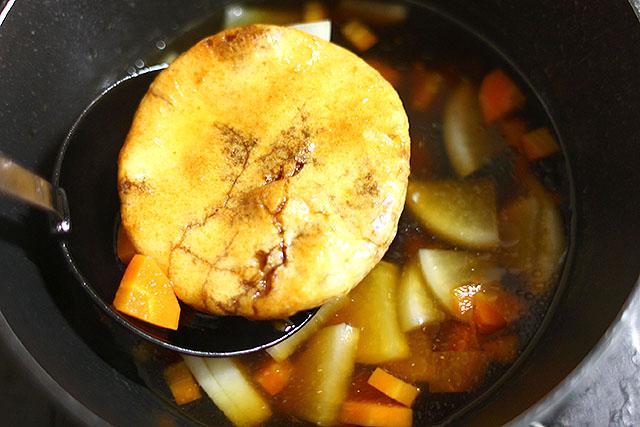 うちの雑煮は人参、大根、鶏肉の醤油味すまし汁です。