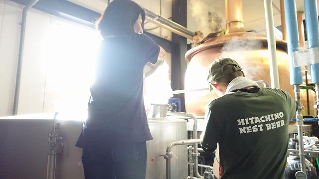 煮沸のあと「ワールプール」という煮沸した麦汁を休ませる工程の作業にうつる市原さんと宮田さん、「ワールプール」までいくと覚えていられる自信がない……!