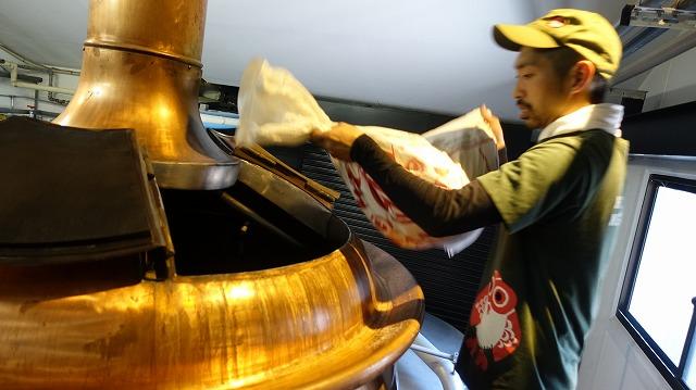 人力で、お湯に、大量の、麦芽を、入れる……! いまこそ心に刻もうビールの造られ方を!