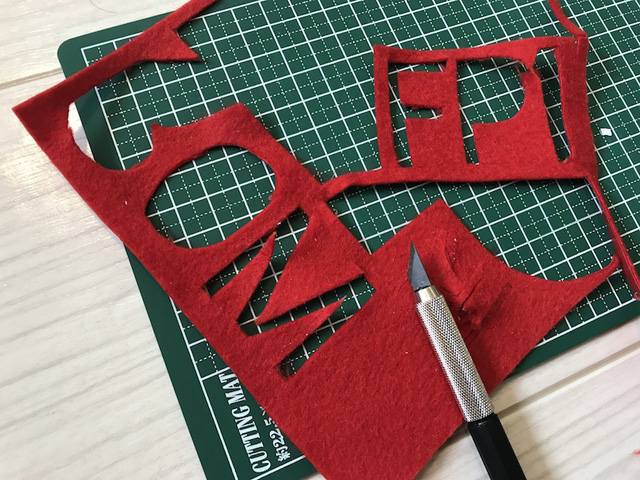アイロンで圧着できるフェルトを、文字型にデザインナイフで切り抜く