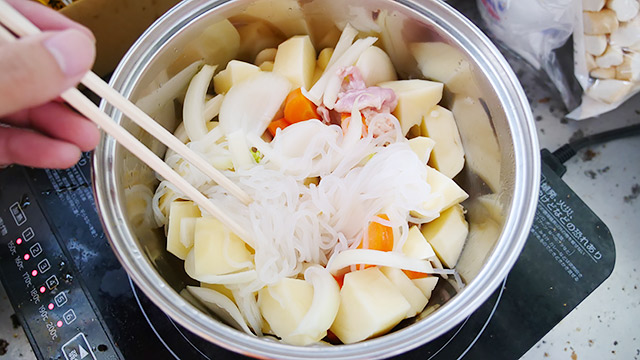 肉と野菜を炒めて、