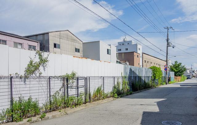 JR尼崎近くの線路跡は、空き地になっているケースが多い。「トレイン空き地」である。