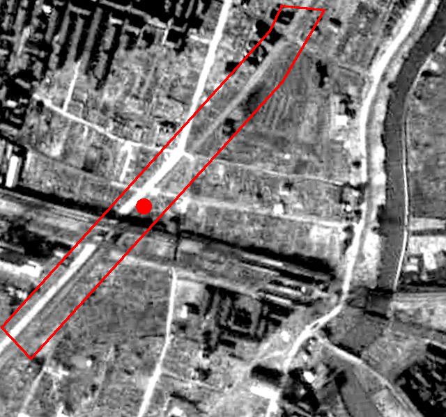 1948年の航空写真。丸い赤印が碑の場所。うっすらと路線が見える。(国土地理院「地図・空中写真閲覧サービス」より・整理番号・USA/コース番号・M18-4/写真番号・16/撮影年月日・1948年2月20日)