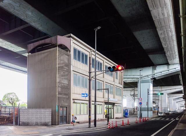 やがて線路跡は高速道路の高架の下をくぐる。それにしてもこの高架下建築、なかなかかっこいい。