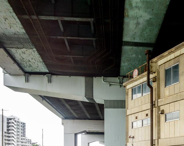 と思ったら、これロジスティクスの会社のもので。ここがかつての尼崎港駅だったことをしのばせる建物でした。なるほど。貨物線として路線が使われていた時代から業務を行っていたんだなきっと。