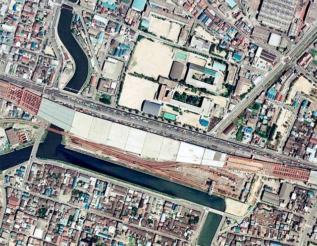 この場所の廃線直前の様子。ターミナル駅の上空に高速道路が建設されようとしている。(国土地理院「地図・空中写真閲覧サービス」より・整理番号・CKK792/コース番号・C10/写真番号・11/撮影年月日・197909月11日)