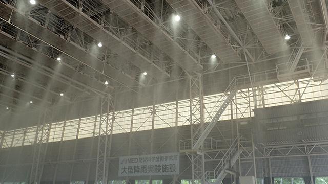天井のノズルから雨が降る。
