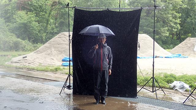 このようにして雨に降られているようすを写真に撮ったり、音などを測定する