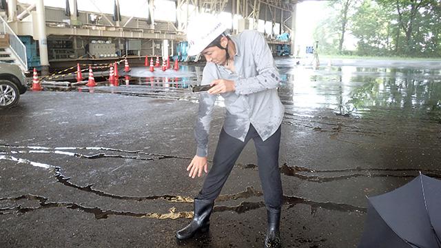 傘をさしていてもどれぐらい濡れるかを写真に撮っている