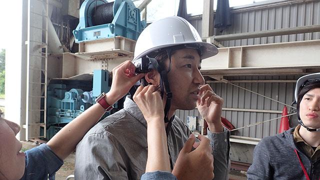 脳波センサーを付ける増田さん