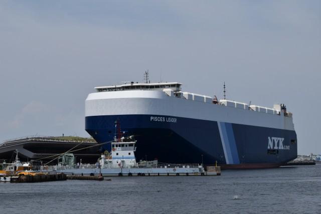 これが今回見学する自動車専用船「PISCES LEADER」である。デカい。どれくらいデカいかというと……