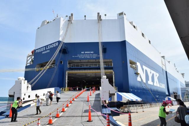 一般公開の受付は船体の後部にあった。このアングルから見ると完全に倉庫。