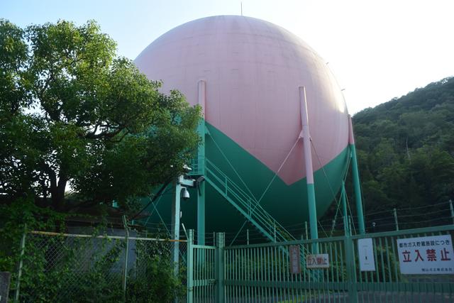 よく見ると、桃の色に塗られたガスタンクだ。