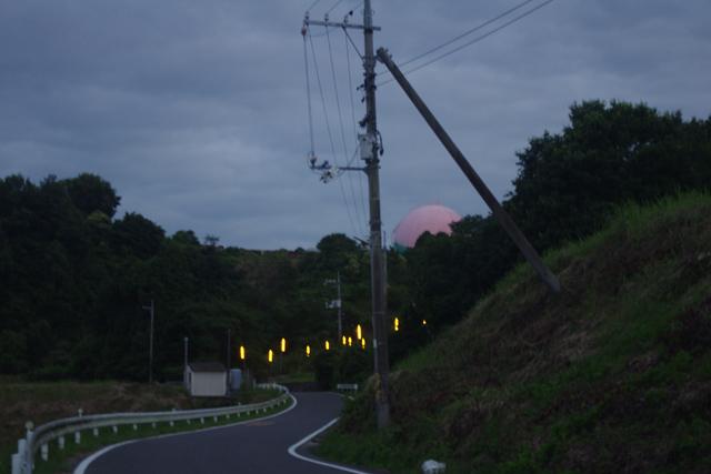 元の場所に戻る。ずいぶんと暗くなってきて、道すがら防蛾灯がチラホラとつき始める。