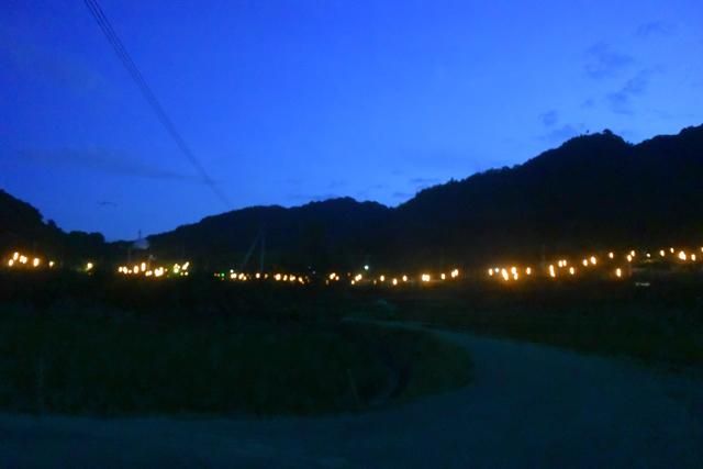 少し離れた場所から。山の向こうは市街地だからか空が明るい。