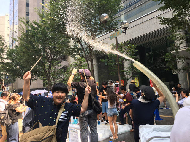 猛暑の西新宿では雪まつりをやっていました。子どもたちが元気に遊んでいましたよ。