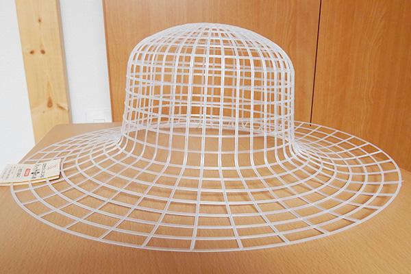 本来はこのネットに編み物用の糸を編みこんでいくと、簡単に帽子が作れるという用途で使われるもの