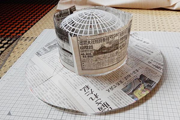 新聞紙を切って合わせるが、これだと上の方が浮く……