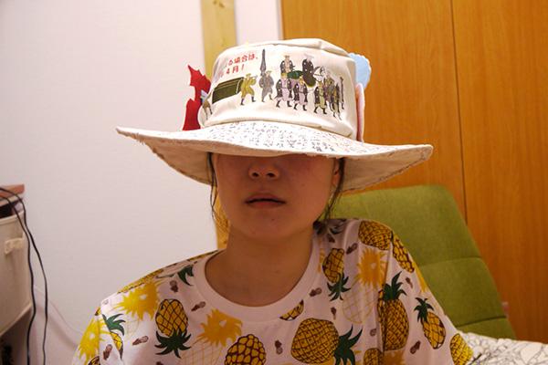 後ろ前逆にかぶると、こういう帽子だと思えないぐらいの地味さにはなる