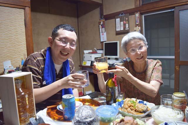 ハナイさん(写真左)とそのお母さんのユキコさん(写真右)