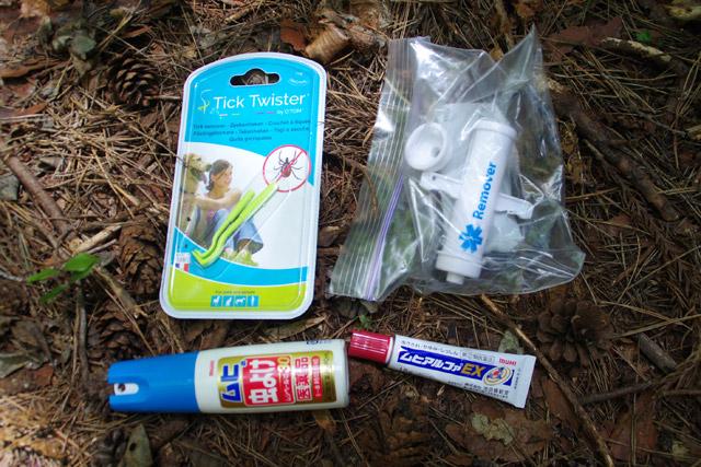 持参したダニをとる道具、ハチの毒を吸い出すリムーバー。さらにゴム手袋や帽子の上から被る虫よけネットも用意した。