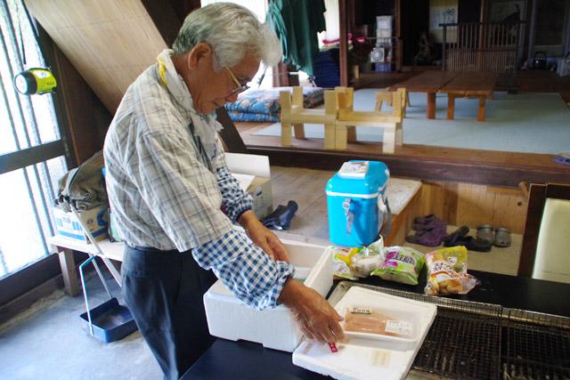 ここの家主である岩井さん。エサは国産の地鶏じゃないとハチが齧ろうとしないそうで、「人間も食べるものを気をつけんといかんよ」と忠告された。